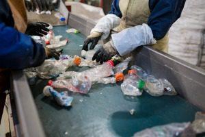 Ligne de production pour le traitement des déchets en plastique dans l & # 39 ; usine Banque d'images - 94153555